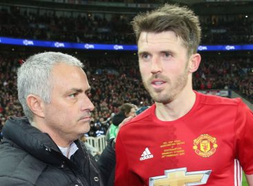 Carrick signs one year United contract, to have testimonial next Sunday