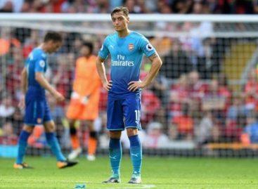 Ozil attacks Arsenal legends over criticism