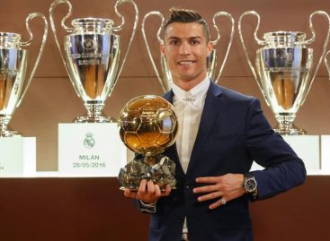Ronaldo sells Ballon d'Or trophy to raise £600,000 for charity