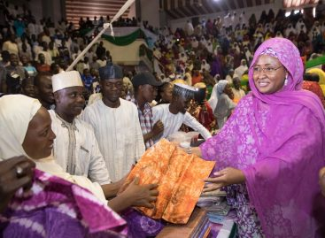 Aisha Buhari presents certificates to 1000 beneficiaries in Bauchi