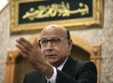 Khizr Khan campaigns for Clinton, attacks Trump